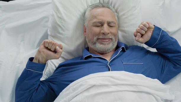 glücklich senior männlich in gute laune zu hause nach schönen ruhigen nacht aufwachen - schlaf gut stock-fotos und bilder