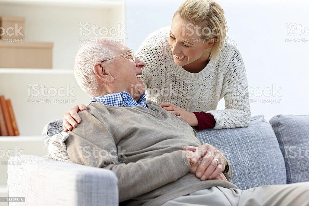 Glücklicher Alter Mann und Junge Frau im Wohnzimmer – Foto