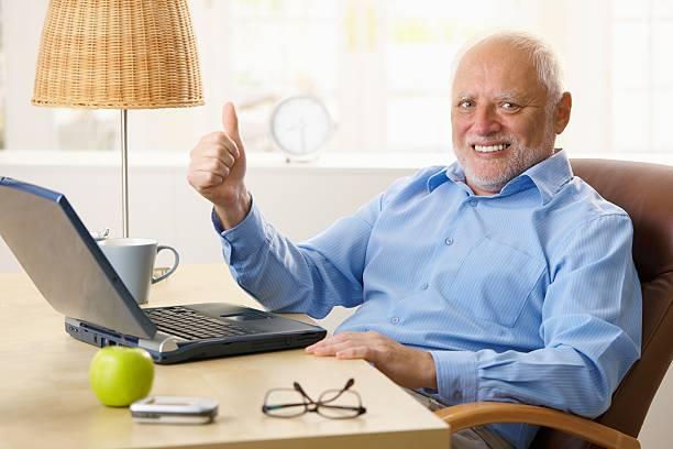 happy senior mann, die daumen nach oben - einzelner senior stock-fotos und bilder