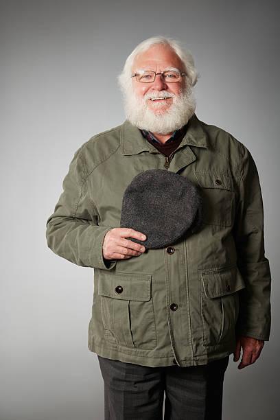 Glücklich Älterer Mann in Mantel und Mütze holding – Foto