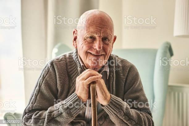 自宅で座って満足している年配の男性 - 1人のストックフォトや画像を多数ご用意