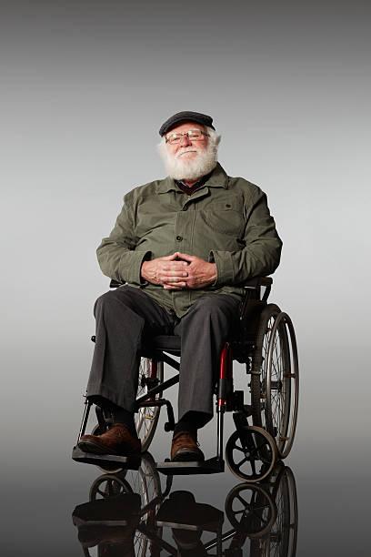 Happy senior Mann sitzt auf einem Rollstuhl – Foto