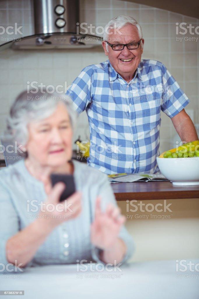 Heureux homme senior debout en arrière-plan photo libre de droits