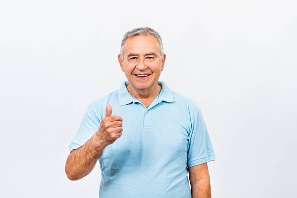 happy senior mann mit daumen nach oben - einzelner senior stock-fotos und bilder