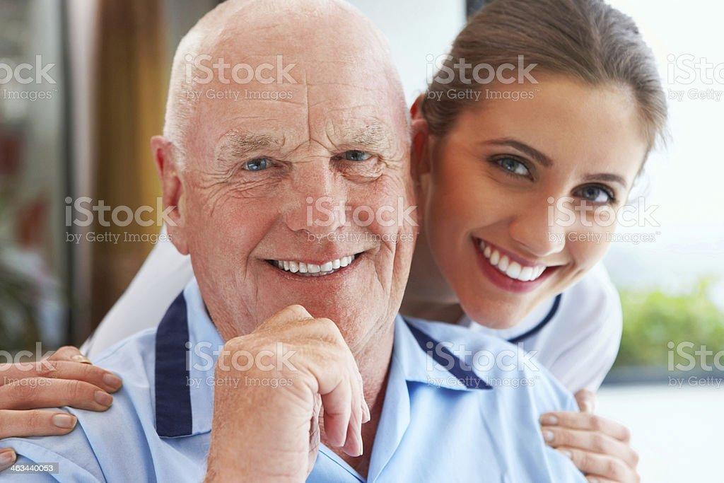 Happy senior Patienten mit einer Krankenschwester lächelnd – Foto