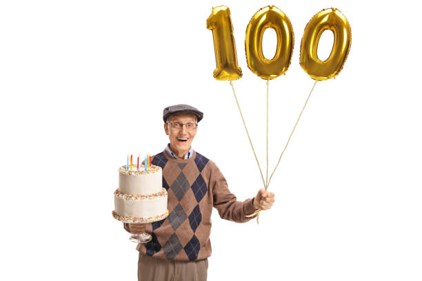 glücklich senior mit einer geburtstagstorte und eine zahl hundert ballon - nummer 100 stock-fotos und bilder