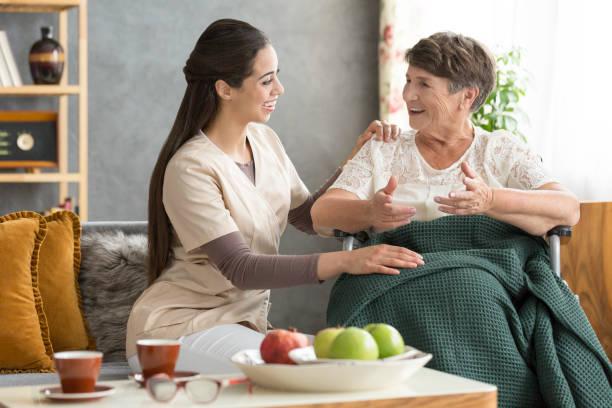 glücklich senior frau und fürsorgliche - hospiz stock-fotos und bilder