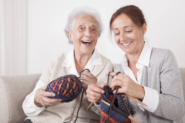 Glückliche Seniorin und Heimpflegerin im Pflegeheim – Foto