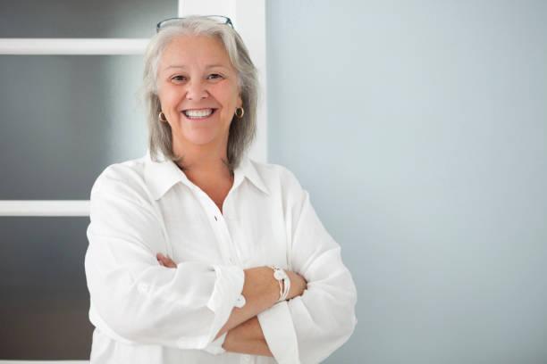 happy senior woman arme verschränkt - canda armband stock-fotos und bilder