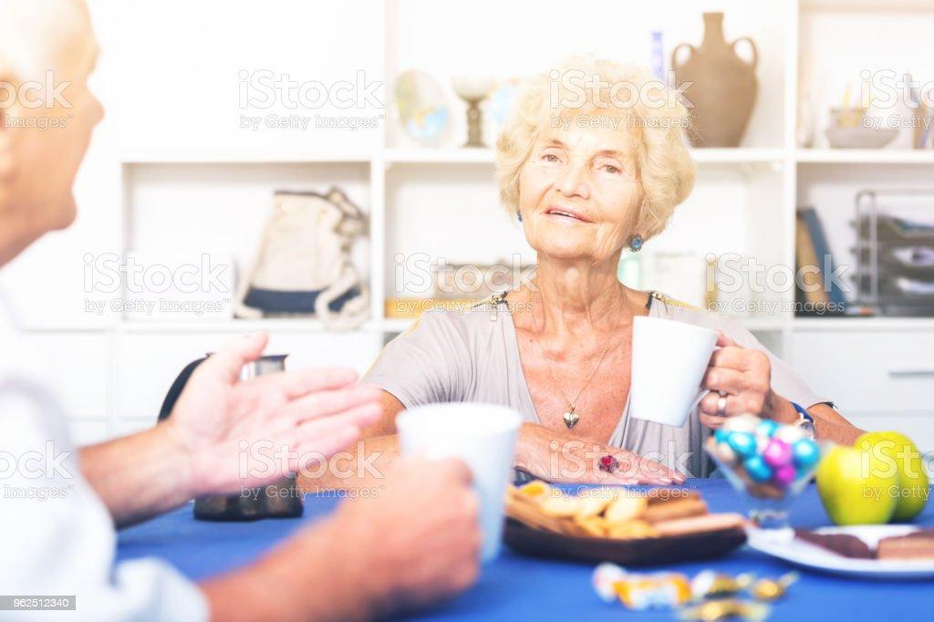 Mulher sênior feliz bebendo chá com o velho amigo - Foto de stock de Adulto royalty-free