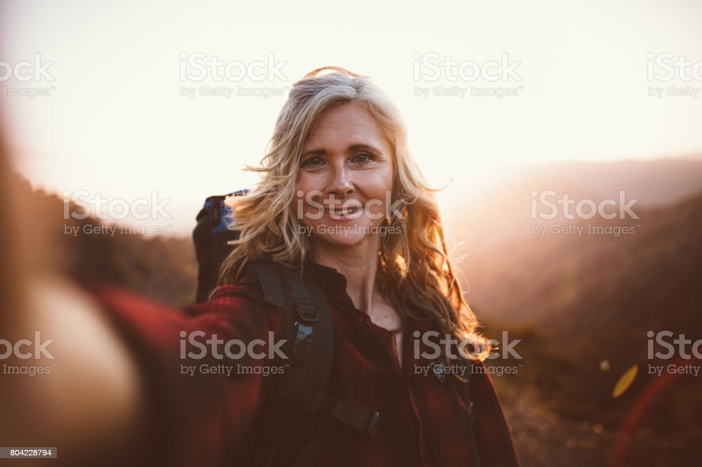 Beautiful senior Woman Wanderer nehmen eine Selfie am Berg Rand – Foto