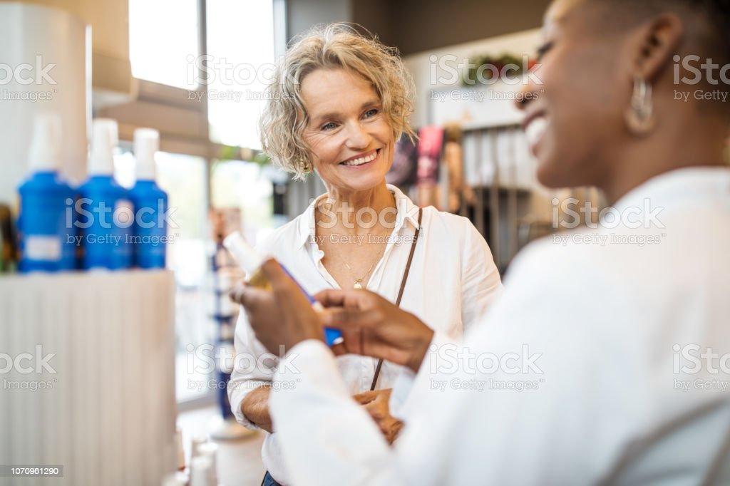 Glückliche ältere Frau im Gespräch mit Apotheker Apotheke – Foto