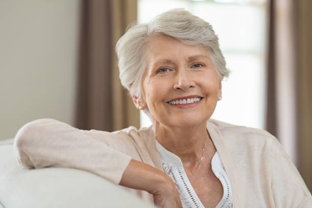 feliz mujer senior  - mujeres mayores fotografías e imágenes de stock