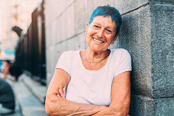 happy senior woman - gekleurd haar stockfoto's en -beelden