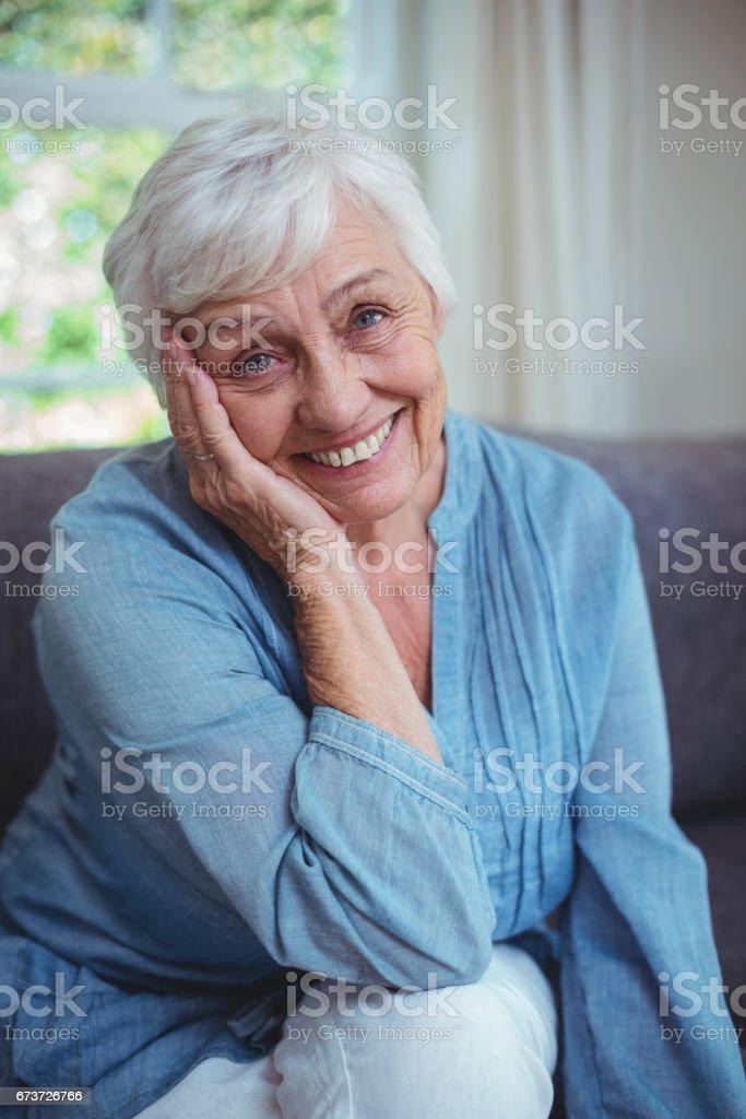 Koltukta oturan mutlu kadın kıdemli royalty-free stock photo