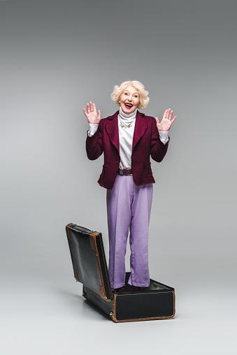 회색에 제기 손으로 빈티지 가방 내부 서 행복 한 고위 여자 관광에 대한 스톡 사진 및 기타 이미지