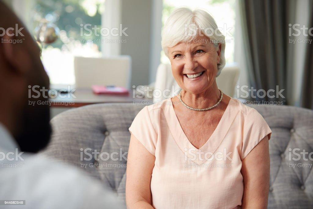 Beautiful senior Woman die finanzielle Beratung zu Hause – Foto