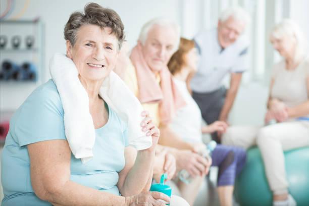 Glückliche ältere Frau mit Handtuch – Foto