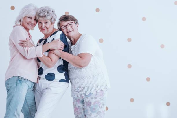glücklich genießen treffen frauen in führungspositionen - rentenpunkte stock-fotos und bilder