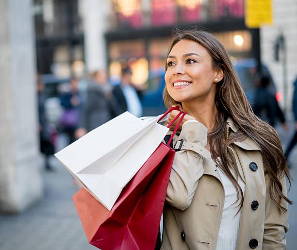 happy shopping woman - 僅一名中年女子 個照片及圖片檔