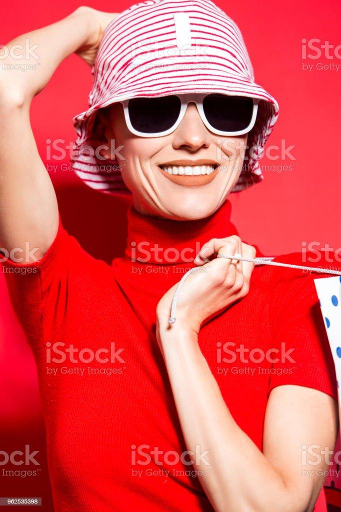 Feliz mulher compra com sacolas de compras - Foto de stock de Adulto royalty-free