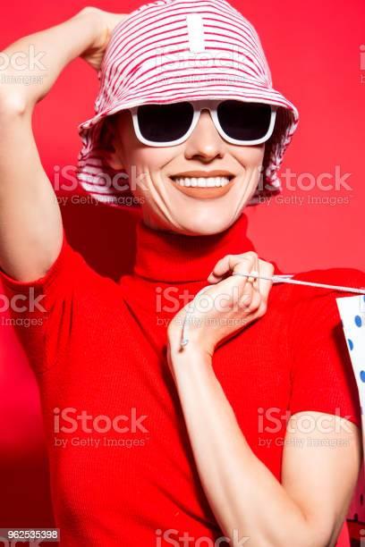 Foto de Feliz Mulher Compra Com Sacolas De Compras e mais fotos de stock de Adulto