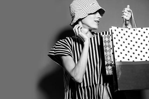 買い物袋を持つ幸せショッピング女性 - アメリカ合衆国のストックフォトや画像を多数ご用意