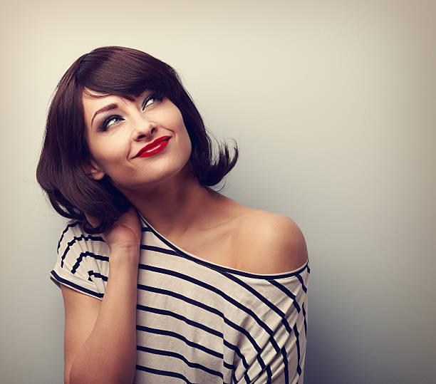 Happy kurze Haare Make-up Frau denken und nachschlagen. Jahrgang – Foto