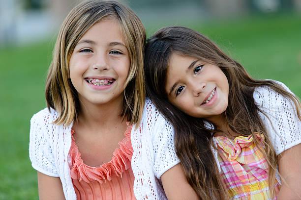 Feliz irmãs no parque - foto de acervo
