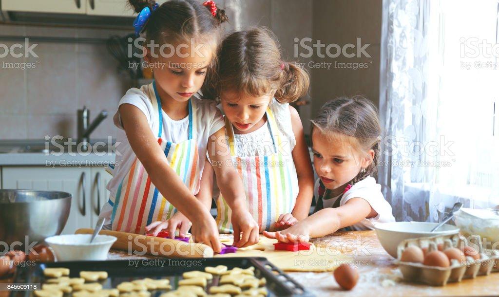 Glücklich Schwestern Kinder Mädchen Kekse Backen Teig Kneten Spielen ...