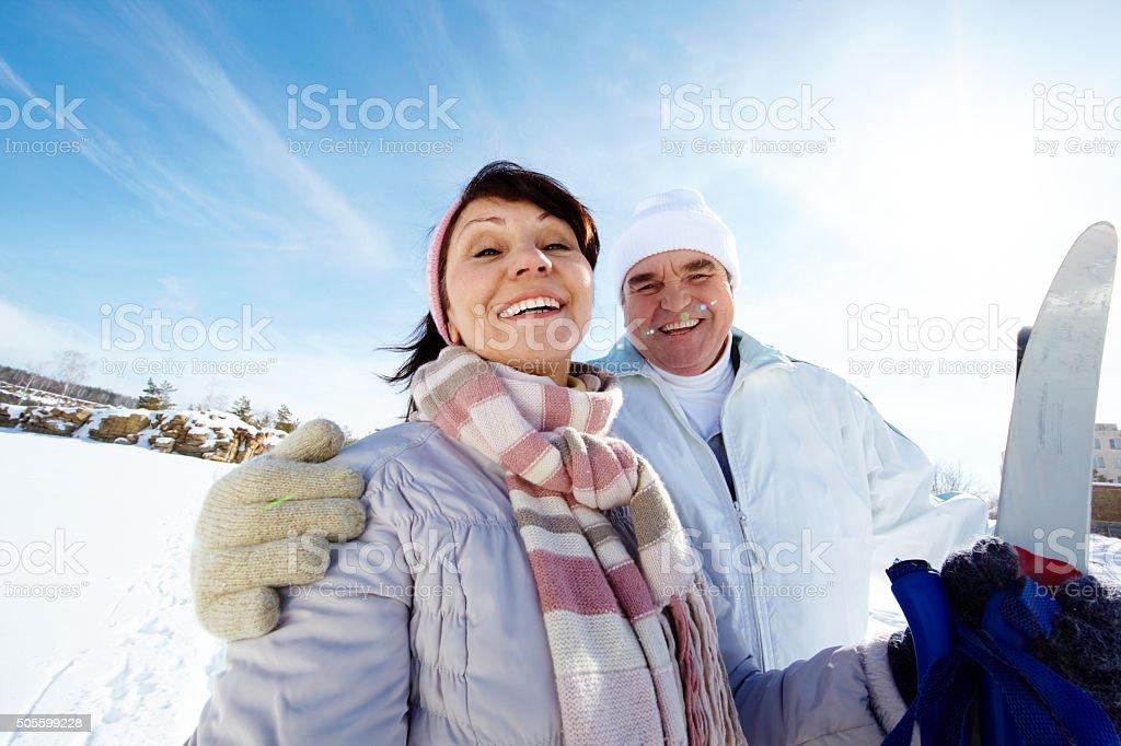 Glückliche Skifahrer – Foto