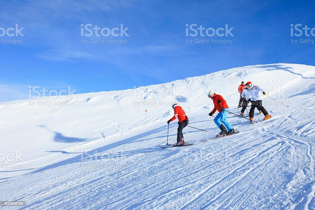 Happy Skifahren Gruppe Ski school wunderschöne Landschaft der Berge im Hintergrund – Foto