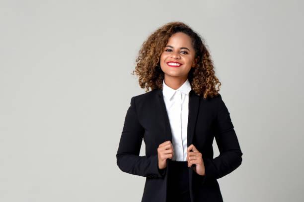 愉快的微笑的非洲裔美國婦女在正式的商業服裝 - 專長 個照片及圖片檔