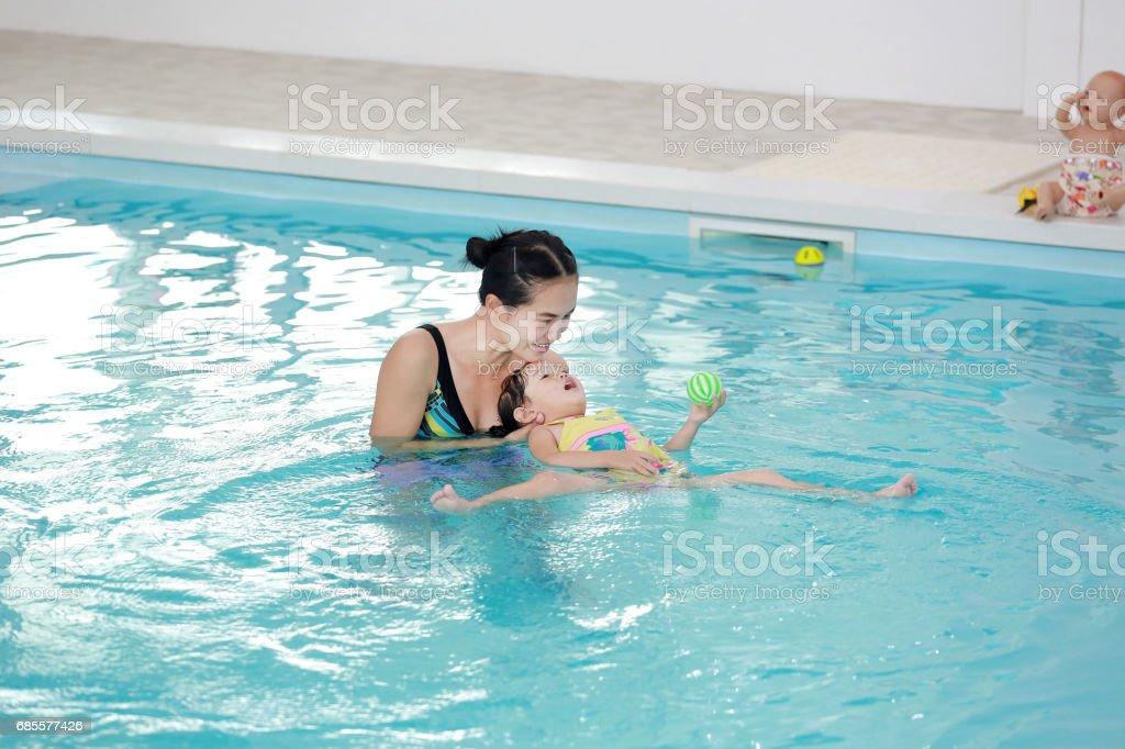 아시아 소녀 물 수영장에서 수영 하는 어머니와 함께 웃 고 행복 한. royalty-free 스톡 사진