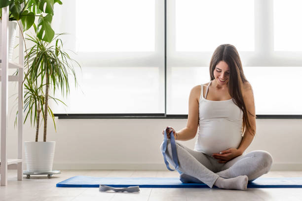 Glücklich lächelnde schöne schwangere Frau Training zu Hause – Foto