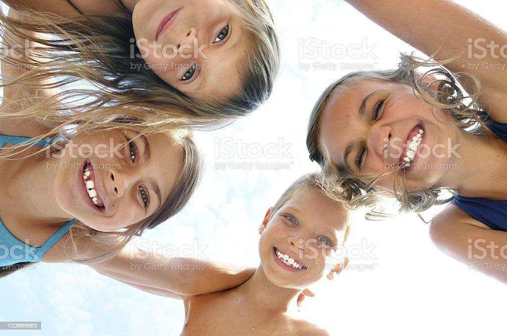 Glücklich lächelnd Kinder Freunde im Freien Porträt - Lizenzfrei Achtlos Stock-Foto