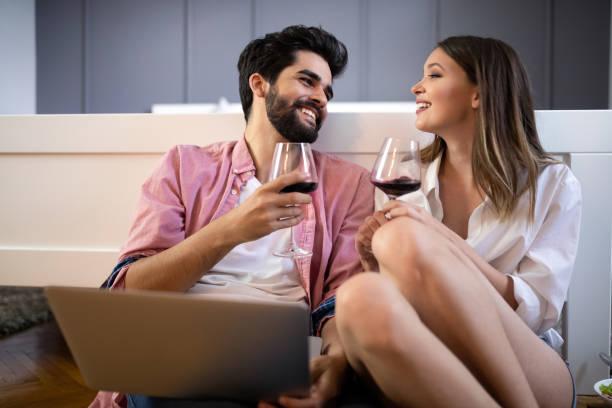 Glücklich lächelnde Paar mit Laptop zu Hause – Foto