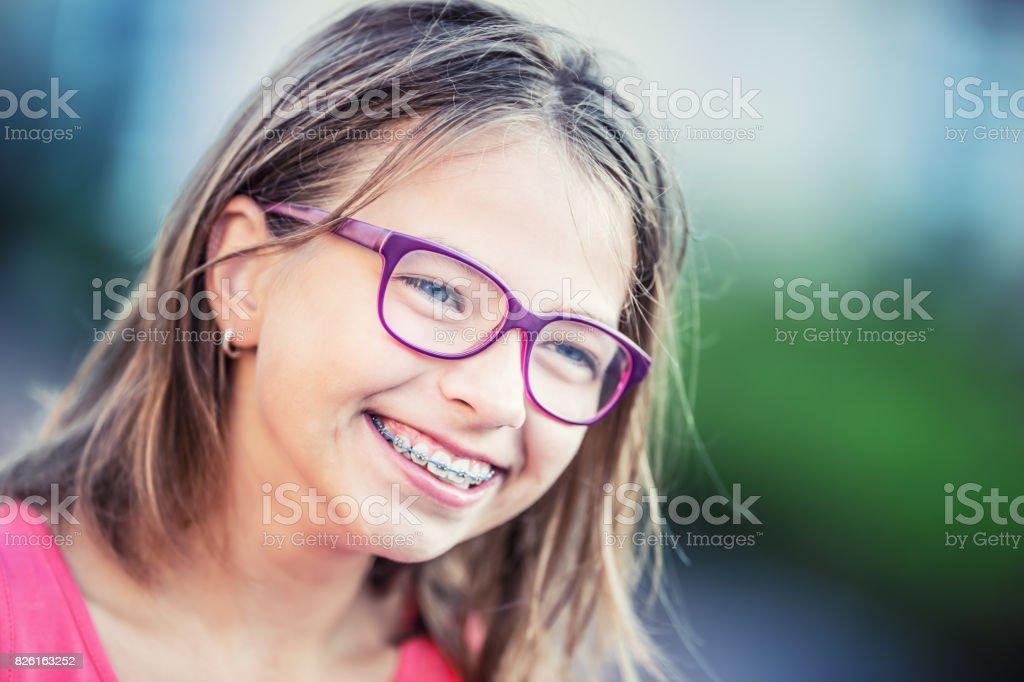 Süße Mädchen mit Zahnspange Fotos