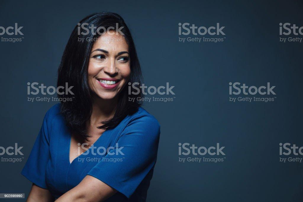 Glücklich lächelnde hispanic Frau wegschauen – Foto