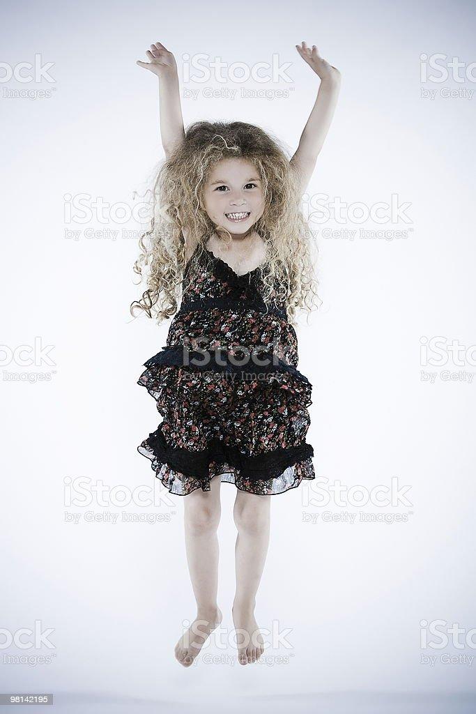 Felice sorridente bella bambina saltando i bambini foto stock royalty-free