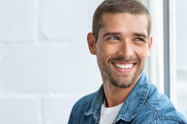 homme de sourire heureux regardant loin - homme photos et images de collection