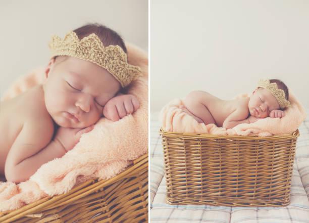 glücklich lächelnd neugeborenes baby boy in strickmütze tief und fest schlafen im korb - jungendecken häkeln stock-fotos und bilder