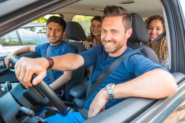 gente feliz sonriendo compartiendo paseo en coche - uso compartido del coche fotografías e imágenes de stock
