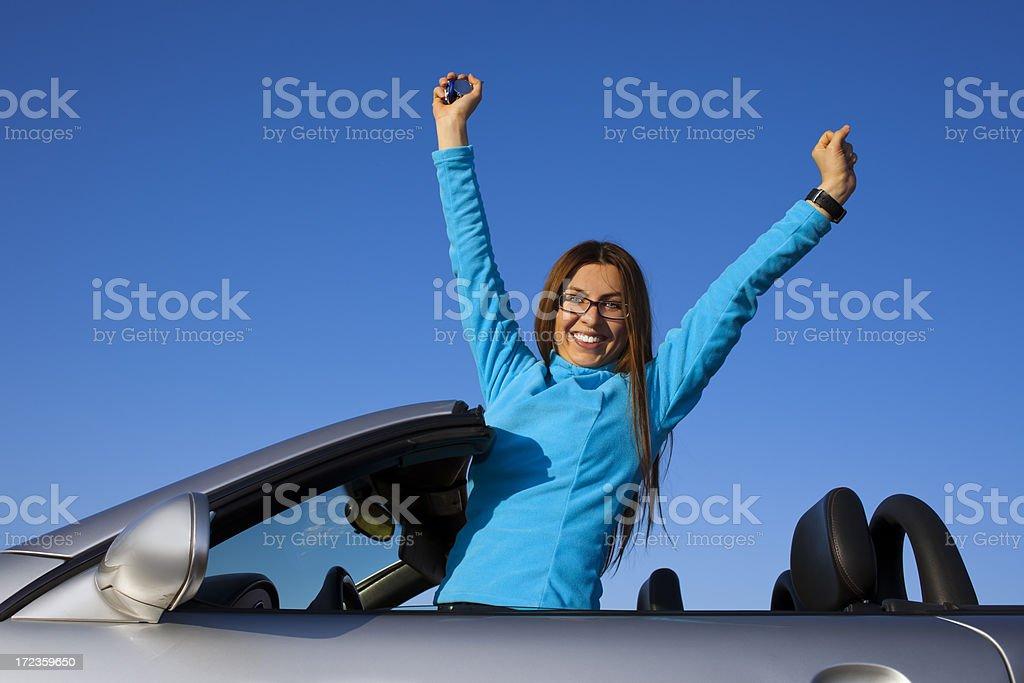 Feliz sonriente mujer en coche coupe foto de stock libre de derechos