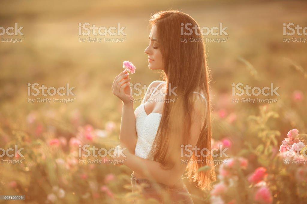 Feliz Sonriente Mujer Está Descansando En El Jardín De La Flor Rosa ...