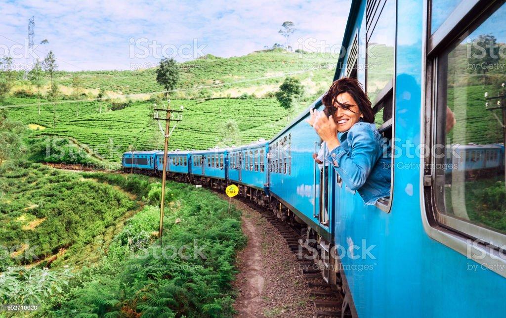 Glücklich lächelnde Frau schaut aus Fenster Reisen mit dem Zug unterwegs malerischsten Zug in Sri Lanka – Foto