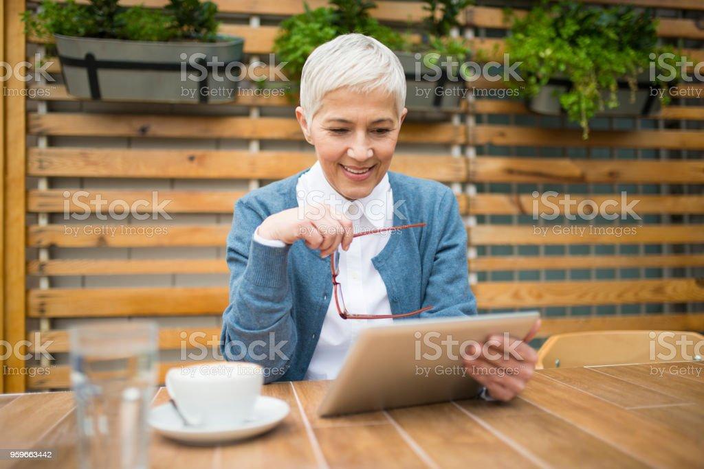 Feliz sonriente mujer. - Foto de stock de Actividad de fin de semana libre de derechos