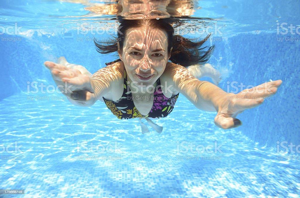 Glücklich Lächelnde Frau Schwimmen Unter Wasser Im Pool