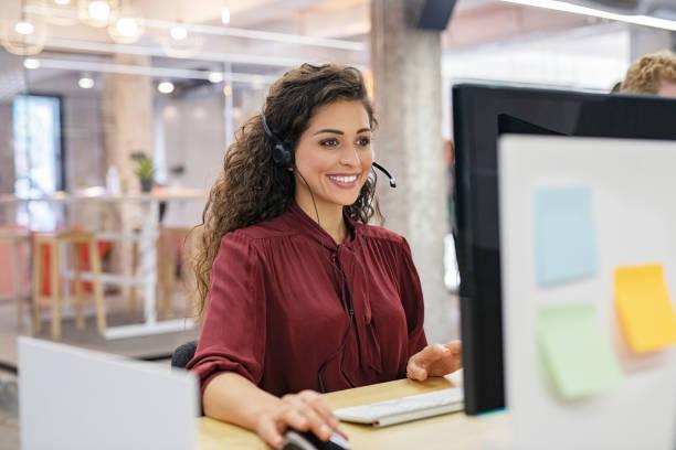szczęśliwa uśmiechnięta kobieta pracująca w call center - obsługa zdjęcia i obrazy z banku zdjęć