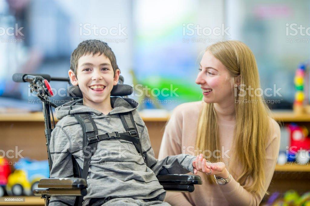 Feliz de niño con necesidades especiales - foto de stock